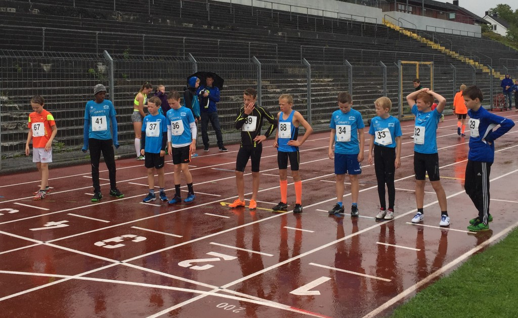 Bildet  viser starten på 600 m for G11-12  som domineres av Molde Olymp. Sabir Tahil (41), Marius Brunvoll Herskedal (37), Magnus Tomren Solheim (36),  Filip Sigerseth (34), Filip Engdahl (33) og Einar Waldeland Gautvik (32