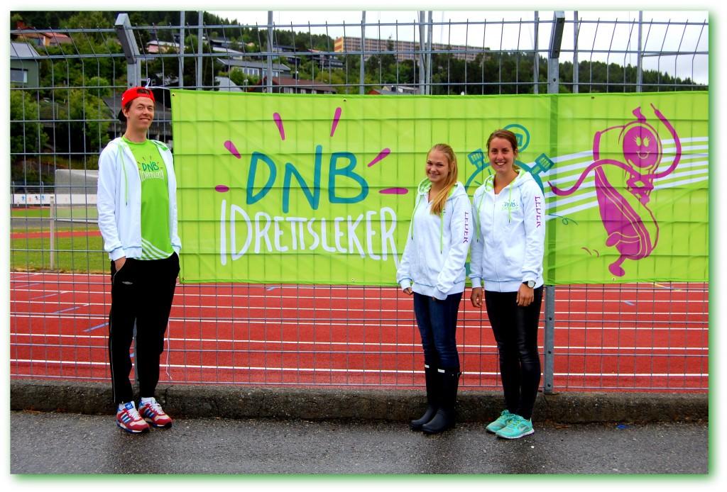 Per Gunnar, Janne Therese og Vilde klar til å lede idrettslekene. Foto: Arvid Ottestad