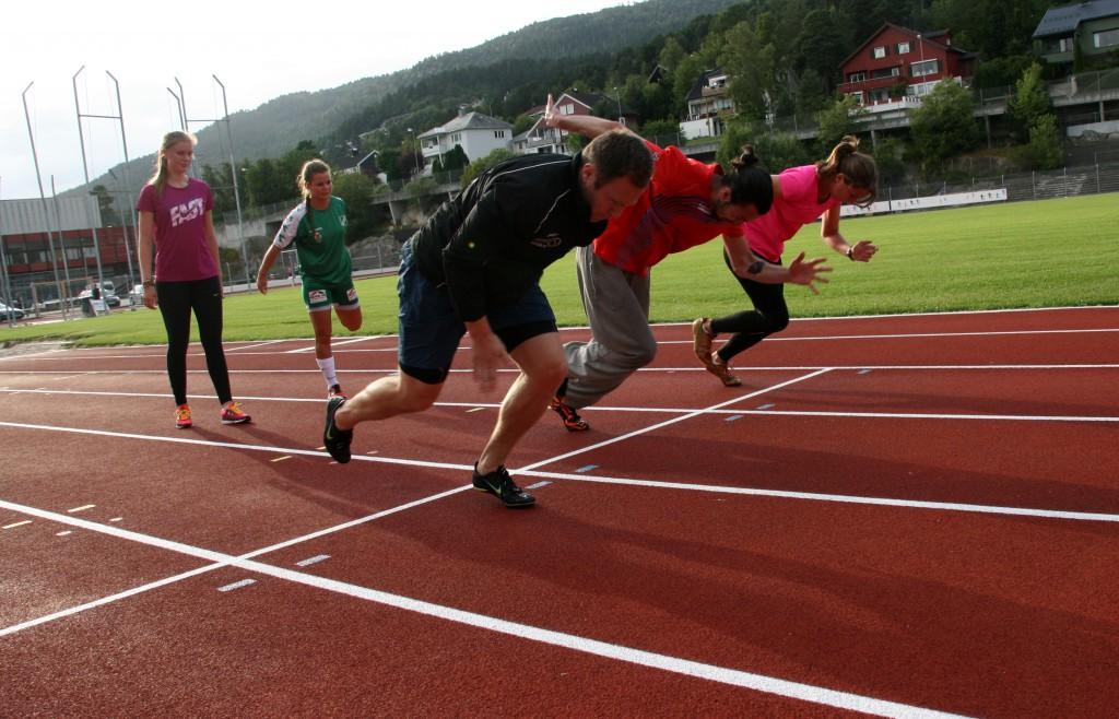 Lars Inge, Simon nog Vilde i farta mens Ingvill og Synnøve gjør seg klar. Foto: Gunnar Sandvik