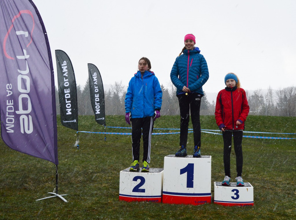 Pallen jenter 13 år. f.v Kari Bua Forseth, Hanne Svanemyr Kjos og Ingrid Smevåg Gundersen.